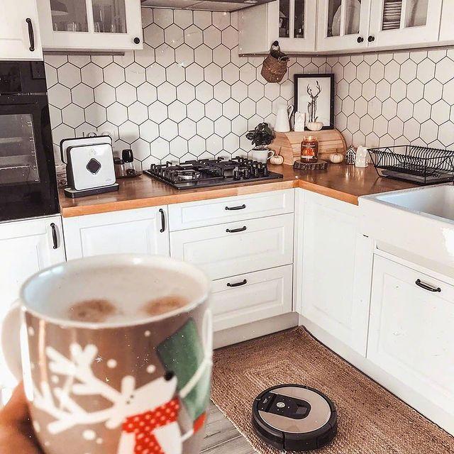 Когато подовете у дома искрят от чистота, тревогите намаляват и усмивките са повече. Не мисли за добрата хигиена на подовите повърхности. Roomba има грижата – елиминира дори невидимите замърсявания еднакво добре и от паркет, и от мокет. Времето удома е по-спокойно с iRobot. #irobot #roomba